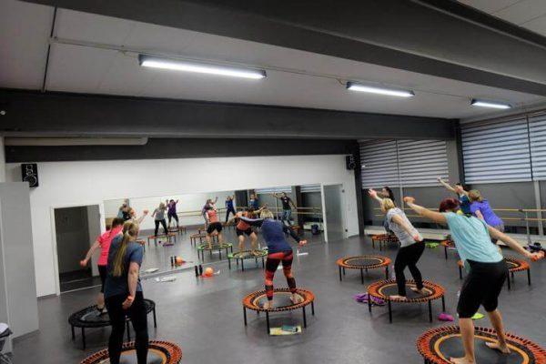 Trampolin / Rebounding Trainerin Sylvia führt Trampolin Workshop beim Tanzwerk in Ladenburg. Eine Gruppe von Teilnehmern schwingt gemeinsam zur Musik.