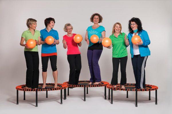 Sechs lachende Frauen auf Bellicon Trampolinen